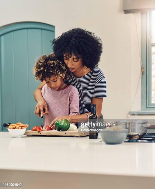 eu sempre gosto de ajudar a mãe na cozinha - mãe solteira - fotografias e filmes do acervo