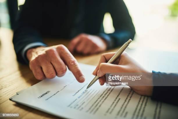 leggere sempre la stampa fine prima della firma - persona irriconoscibile foto e immagini stock