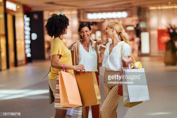 immer zusammen einkaufen - mihailomilovanovic stock-fotos und bilder