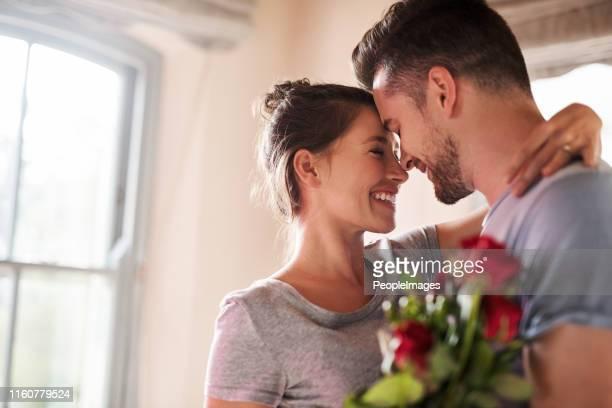 toujours traiter votre dame spéciale - petit ami photos et images de collection