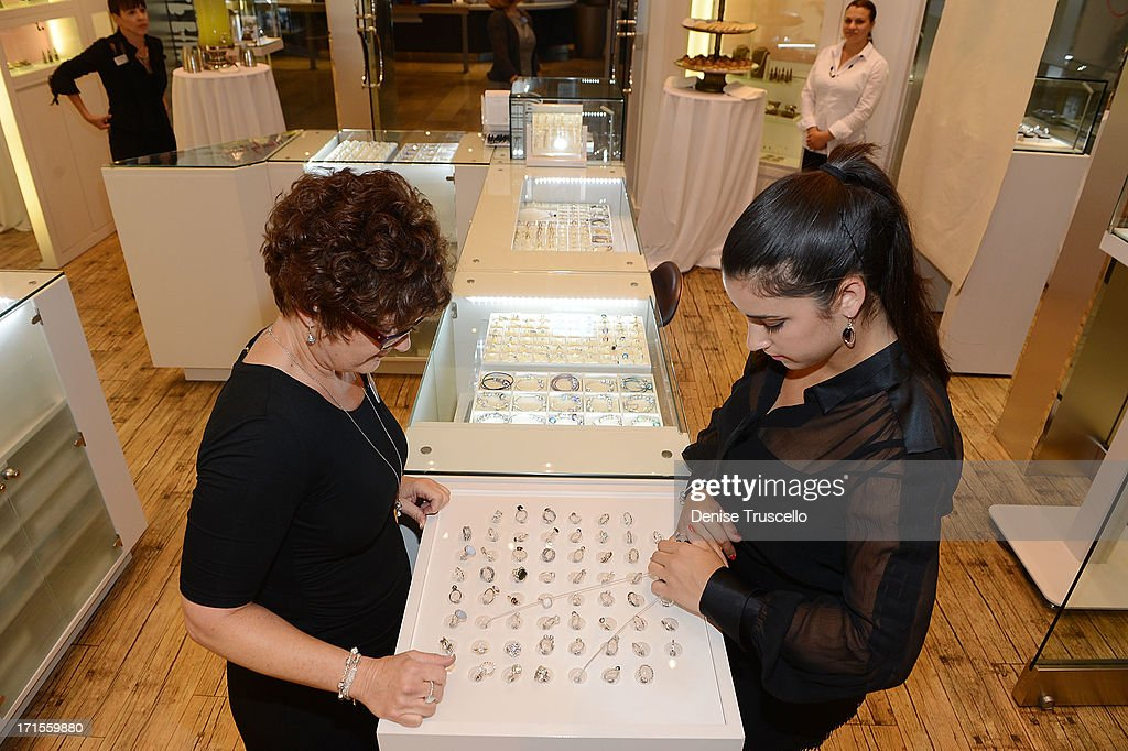 Aly Raisman Tries On Jewelry At Pandora In The Las Vegas Fashion Show News Photo Getty Images