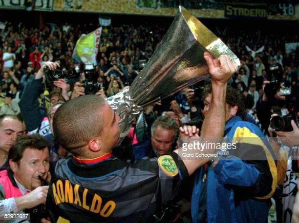 0 am 060598 RONALDO/INTER mit dem Pokal