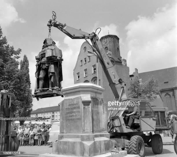 Am wird auf dem Marktplatz von Jena das restaurierte HanfriedDenkmal wieder aufgestellt Das Denkmal des Kurfürsten Johann Friedrich des Großmütigen...