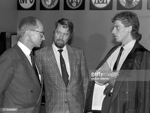 Am 17. August 1987 wird der ehemalige Nationaltorhüter Uli Stein , hier mit dem Anwalt Horst-Michael von Kummer und Wirtschaftsberater Hans Miekley ,...