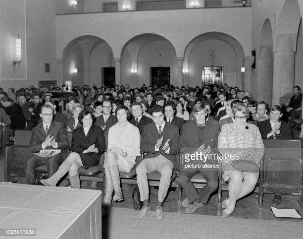 Am findet in der Aula der Universität Jena ein Gesprächsforum mit den Olympiateilnehmern Roland Matthes und Wolfgang Nordwig statt Matthes ist...