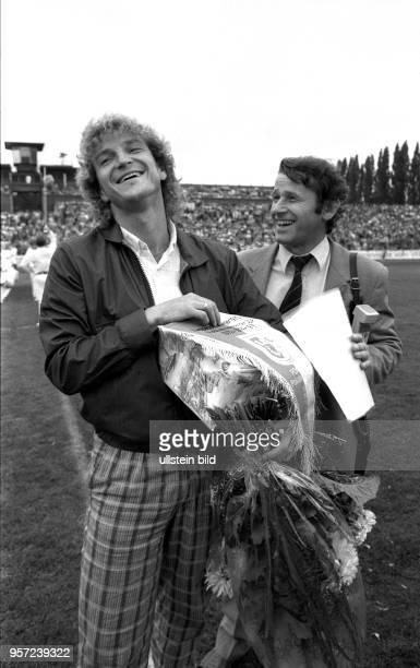 Am 2381986 wird HansJürgen Dörner als langjähriger Kapitän der Dresdner DynamoMannschaft im DynamoStadion von seinen Anhängern und FußballKollegen...