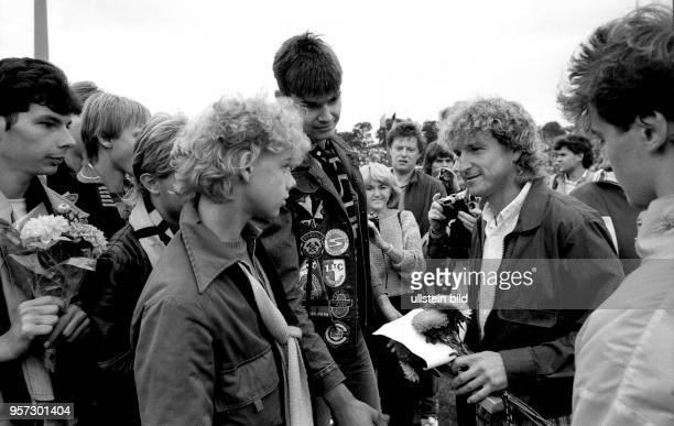 Am 2381986 wird HansJürgen Dörner als langjähriger Kapitän der Dresdner DynamoMannschaft im DynamoStadion von seinen Anhängern mit Blumen und...