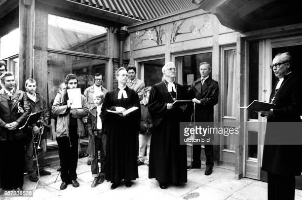 Am wird mit dem sächsischen Landesbischof Johannes Hempel dem schwedischen Bischof von Skara Helge Brattgard und dem langjährigen Gemeindepfarrer...