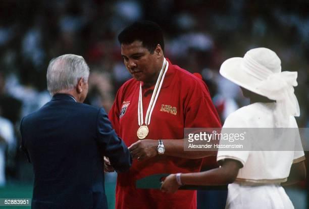 ATLANTA 1996 am 3896 Juan Antonio SAMARANCH ueberreicht Muhammad ALI die GOLDMEDAILLE von 1960