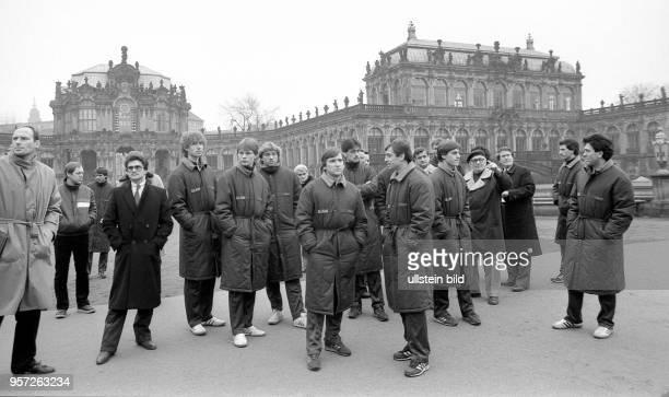 Am 631985 besuchen die Fußballspieler vom SK Rapid Wien bei einem Stadtrundgang in Dresden den Zwinger Die Spieler waren zum UEFAPokalSpiel gegen...