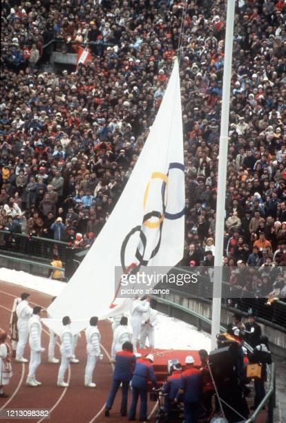 Am 821984 werden im KosovoStadion von Sarajevo vor 39900 Zuschauern die Olympischen Winterspiele feierlich eröffnet und die Olympische Flagge mit den...