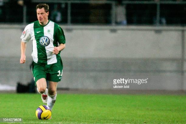 Am Ball Jacek Krzynowek vom VfL WOB Aus DFB Pokal VfL Wolfsburg Alemania Aachen 20