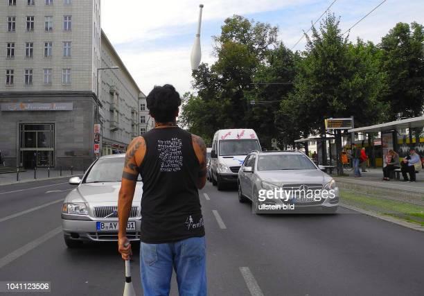 Am Frankfurter Tor Darbietung waehrend der AmpelRotphase im Kreuzungsbereich