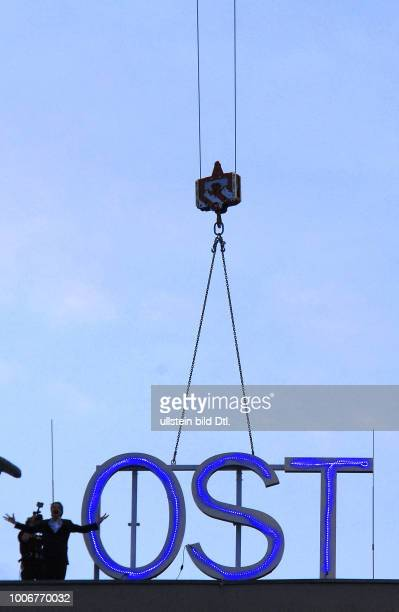 Am gestrigen Sonnabend 240617 wird waehrend der letzten Vorstellung Die Brueder Karamasow das Zeichen Ost per Kran vom Dach des Hauses gehievt und...