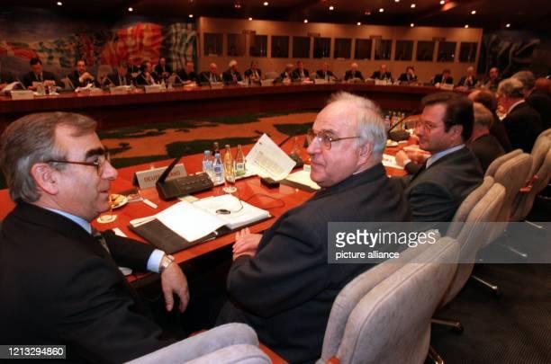 Am Konferenztisch sitzen Bundesfinanzminister Theo Waigel, Bundeskanzler Helmut Kohl und Bundesaußenminister Klaus Kinkel zu Beginn einer EU-Sitzung....