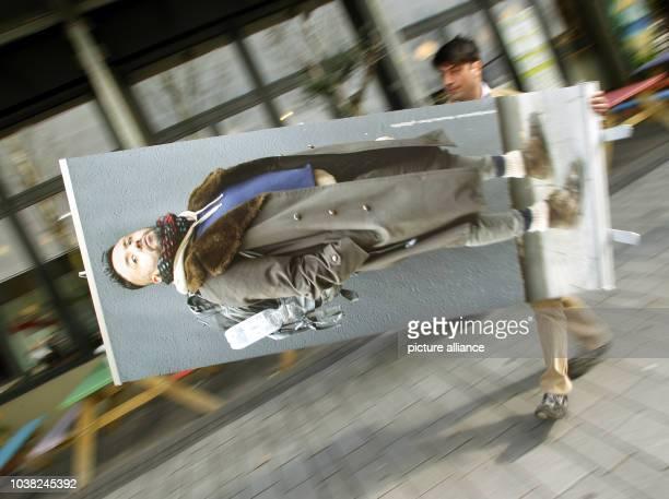 Am Porträt eines Obdachlosen trägt am in Essen der ehemalige Obdachlose und Fotograf Alexandros Ahmet durch die Straßen. Mit der Kunstaktion...
