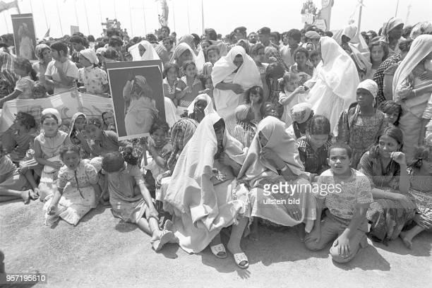 Am Rande einer Militärparade in Bengasi im September 1979 anlässlich des 10 Jahrestages des Sturzes der Monarchie sitzen Frauen und Kinder mit...