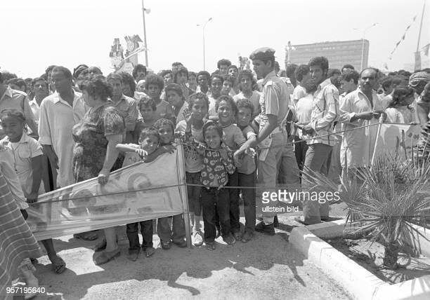 Am Rande einer Militärparade in Bengasi im September 1979 anlässlich des 10 Jahrestages des Sturzes der Monarchie stehen Frauen Männer und Kinder am...