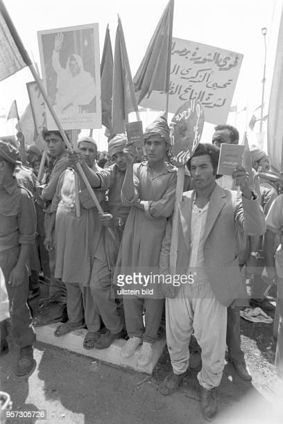 Am Rande einer Militärparade in Bengasi im September 1979 anlässlich des 10 Jahrestages des Sturzes der Monarchie steht die Bevölkerung mit Fahnen...