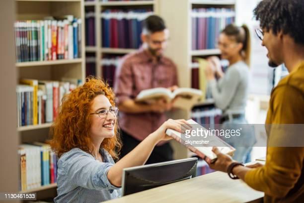 ich fahre dieses buch in bibliothek! - bibliothekar stock-fotos und bilder