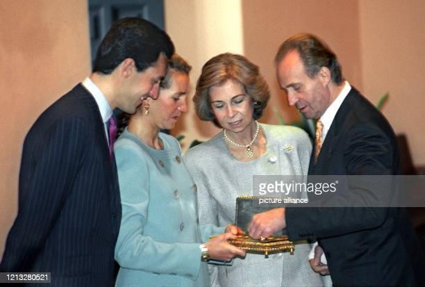 Am Tag vor ihrer Hochzeit betrachten die Verlobten Jaime de Marichalar und Prinzessin Elena mit Königin Sofia und König Juan Carlos von Spanien am...