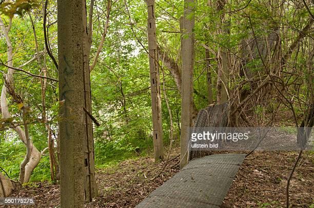 Am Teltowkanal findet man heute noch Teile der Grenzanlagen der Berliner Mauer, wie hier zwischen Teltow und dem Stadtteil Lichterfelde im ehemaligen...