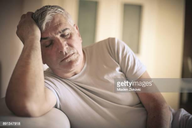je suis fatigué. - un seul homme d'âge mûr photos et images de collection