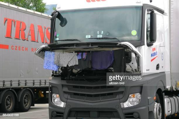 Am Wochenende auf der Tschechischen Autobahn hinter Prag war waehrend der Ruhezeit grosse Waesche mit Trockenzeit fuer die Fernfahrer angesagt