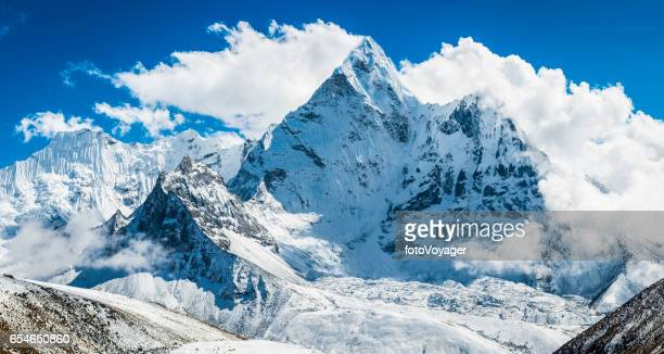 ama dablam 6812m ikoniska himalayan mountain peak panorama khumbu nepal - snötäckt bildbanksfoton och bilder