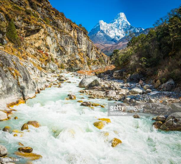 Ama Dablam 6812m überragt Khumbu Himalaya Nepal-River-canyon