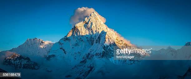 ama dablam (6812m) golden light on himalaya mountain peak panorama - solu khumbu stock pictures, royalty-free photos & images