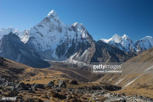 ama dablam mountain peak view from kongma la pass, everest region, nepal - land geografisches gebiet stock-fotos und bilder