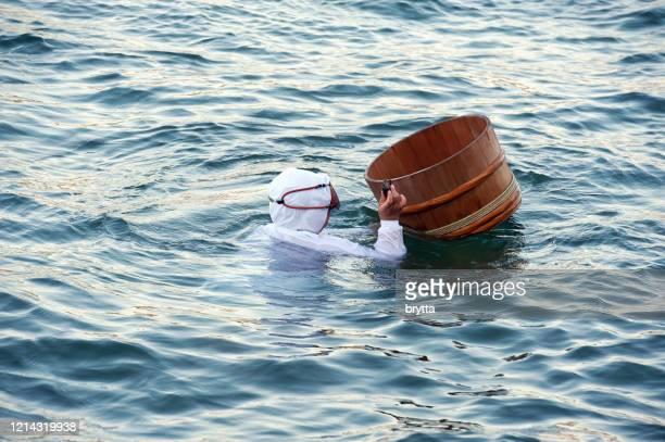 浮きバスケットを持つアマダイバー、いさび湾、日本 - 三重県 ストックフォトと画像