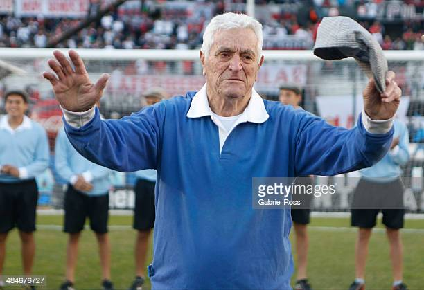 Amadeo Carrizo former goalkeeper of River Plate thanks the fans for an homage before a match between River Plate and Atletico Rafaela as part of 13th...