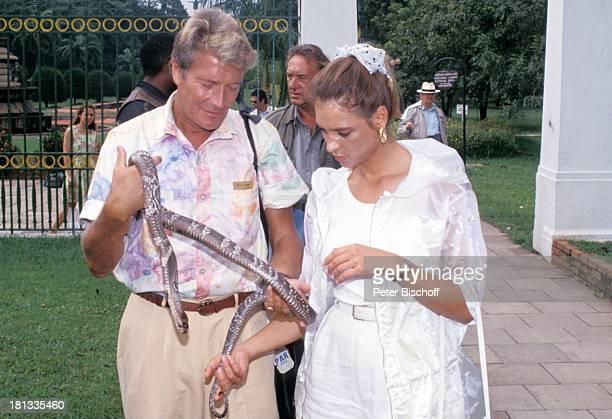 Amadeus August Carin C Tietze PRO 7 Serie Glückliche Reise Folge 5 Sri Lanka Colombo Sri Lanka Asien ViktoriaPark Schlange Kobra Haarband Tasche...