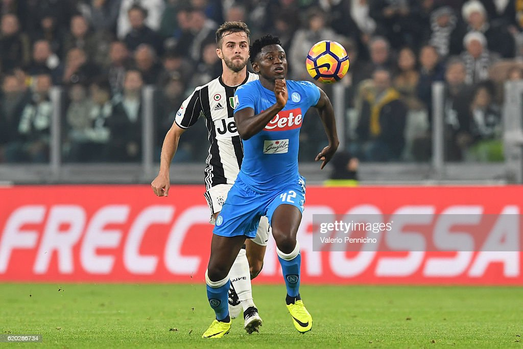 Amadou Diawara (R) of SSC Napoli in action against Miralem Pjanic of Juventus FC during the Serie A match between Juventus FC and SSC Napoli at Juventus Stadium on October 29, 2016 in Turin, Italy.