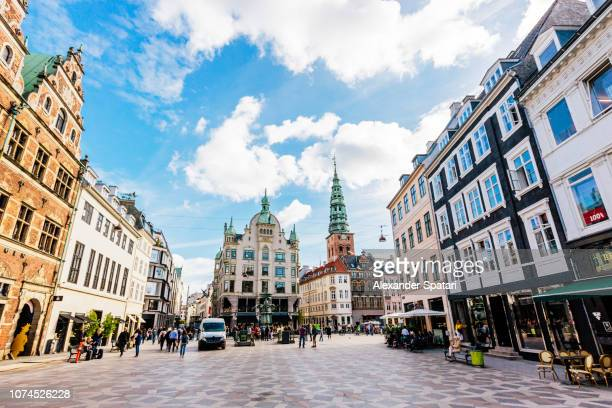 amagertorv square in copenhagen on a bright sunny day, denmark - grande angular - fotografias e filmes do acervo
