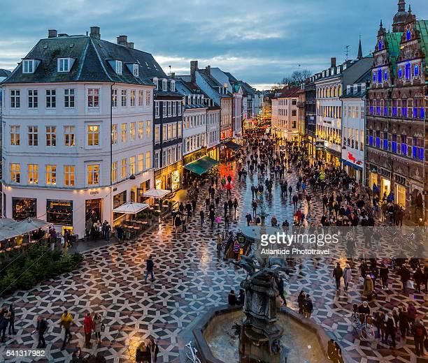 amagertorv (amager square), the stork fountain and strøget street, the main shopping street in copenhagen - copenhague fotografías e imágenes de stock