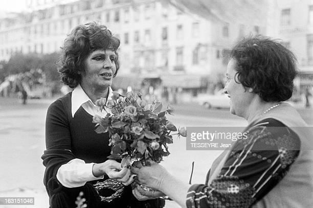 Amalia Rodrigues The Voice Of Portugal Lisbonne 6 Octobre 1975 Amalia RODRIGUES chanteuse fadiste et actrice portugaise recevant un bouquet de fleurs...