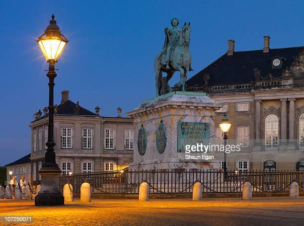 amalienborg palace illuminated at night - amalienborg palace stock pictures, royalty-free photos & images