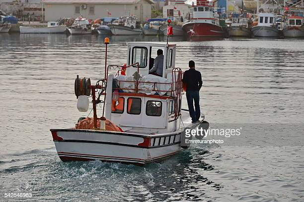 amall fishing boat arriving at harbor - emreturanphoto stock-fotos und bilder
