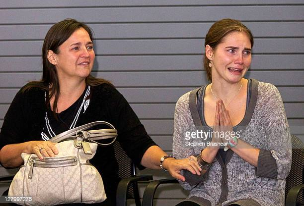 Amanda Knox acknowledges the cheers of supporters while her mother Edda Mellas comforts her on October 4 2011 in Seattle Washington American student...