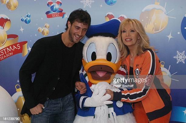 Amanda Lear Begleiter Donald Duck Gala 'DisneylandParis' Paris/Frankreich Freizeitpark Vergnügungspark DisneyFigur Verkleidung Weihnachten...