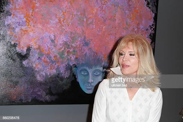 Amanda Lear buergerlich Alain Tapp die franzoesische Saengerin Malerin Moderatorin Autorin und Schauspielerin beim Fototermin zu ihrer Vernissage in...