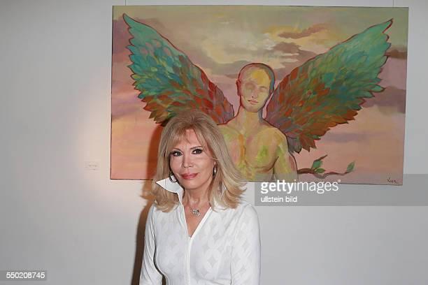 Amanda Lear, buergerlich Alain Tapp - die franzoesische Saengerin, Malerin, Moderatorin, Autorin und Schauspielerin beim Fototermin zu ihrer...