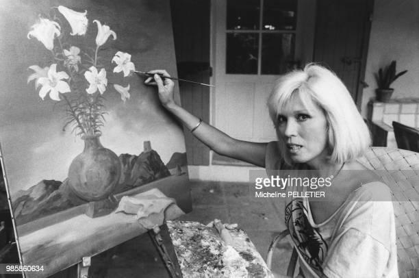 Amanda Lear peignant un tableau sur la terrasse de son mas de Saint Rémi de Provence en juillet 1984, France.