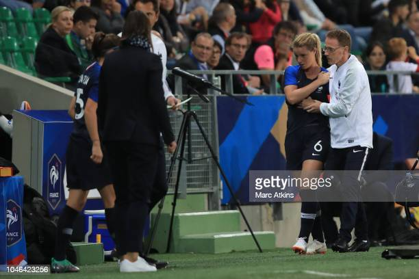 Amandine Henry of France leaves the match with a shoulder injury during the friendly match between France Women and Australia Women at Stade...