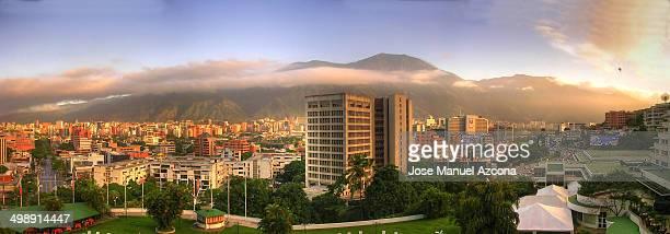 Amanece en Caracas con el cerro Avila al fondo.