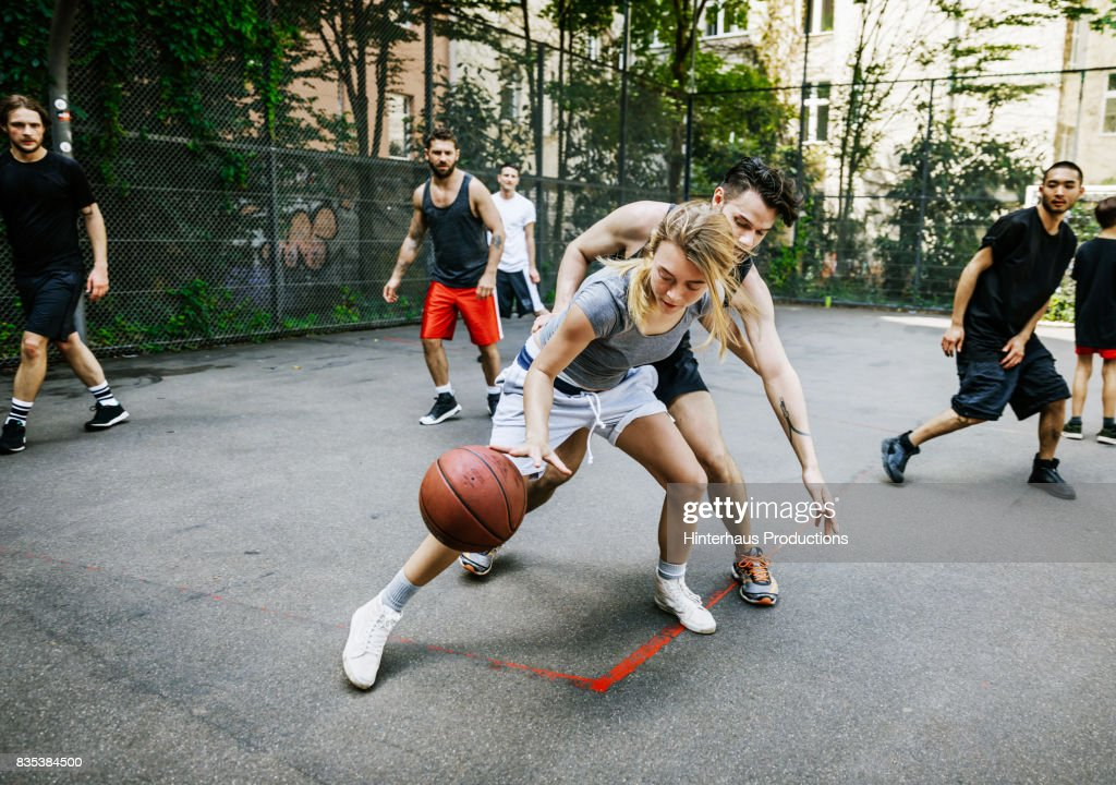 Amateur Athlete Defending Her Position During Basketball Game : Stock-Foto