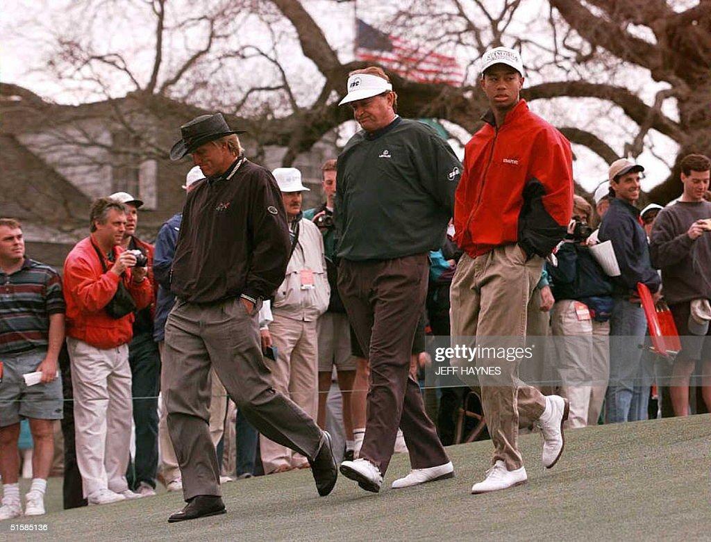 US amateur champion Eldrick 'Tiger' Woods (R) walk : News Photo